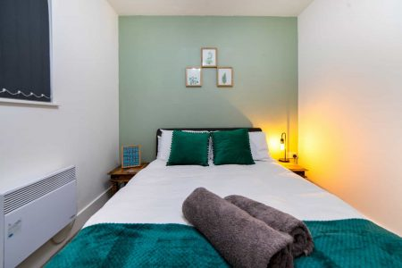 Comfy DOuble Bed Serviced Apartment Cardiff